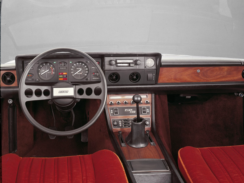Fiat 130 coupe dashboard