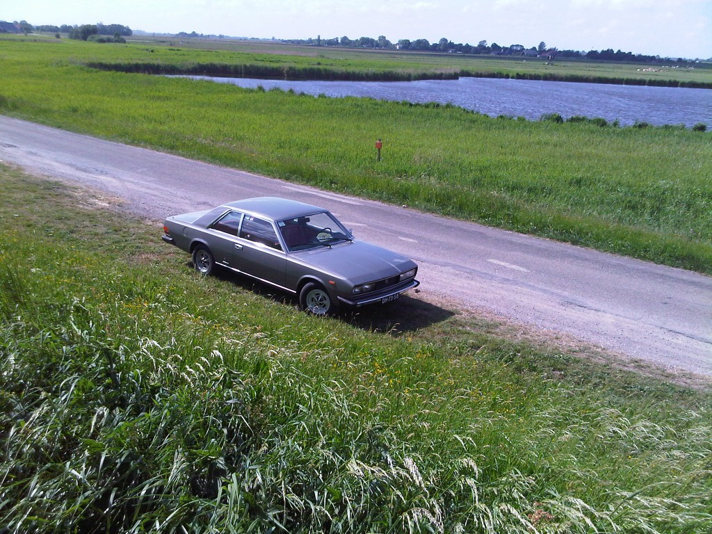 Fiat 130 Coupe Peter van Wijk in Nederlands landschap