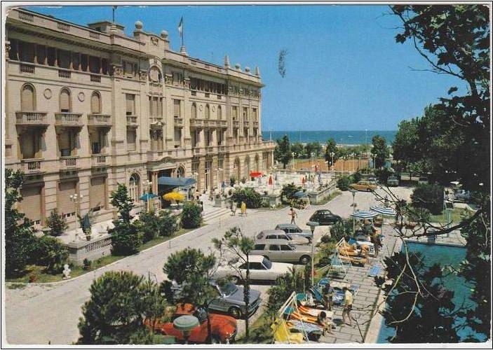 Riccioni - Grand Hotel con pescina met Fiat 130